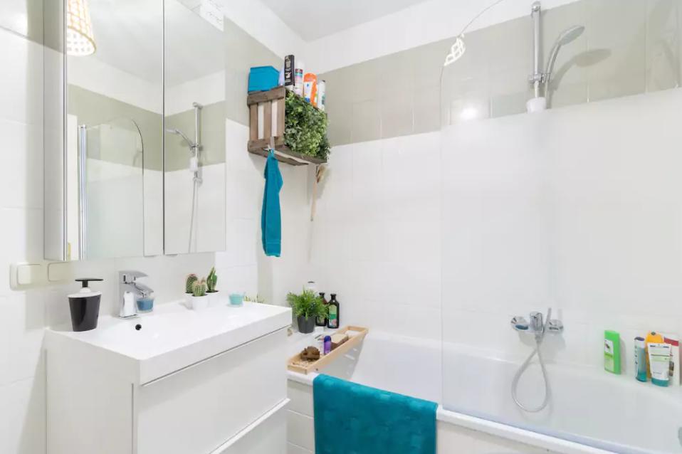 Badezimmer im weiß mit farbigen Akzenten und DIY-Holzregal aus einer ...