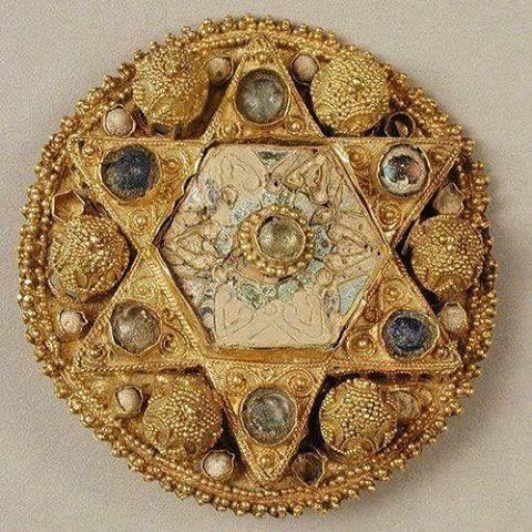 Spilla in oro Etrusca a granulazione .. a sei punte con perle e perline di vetro,e smalto 550 A.C. da Cerveteri