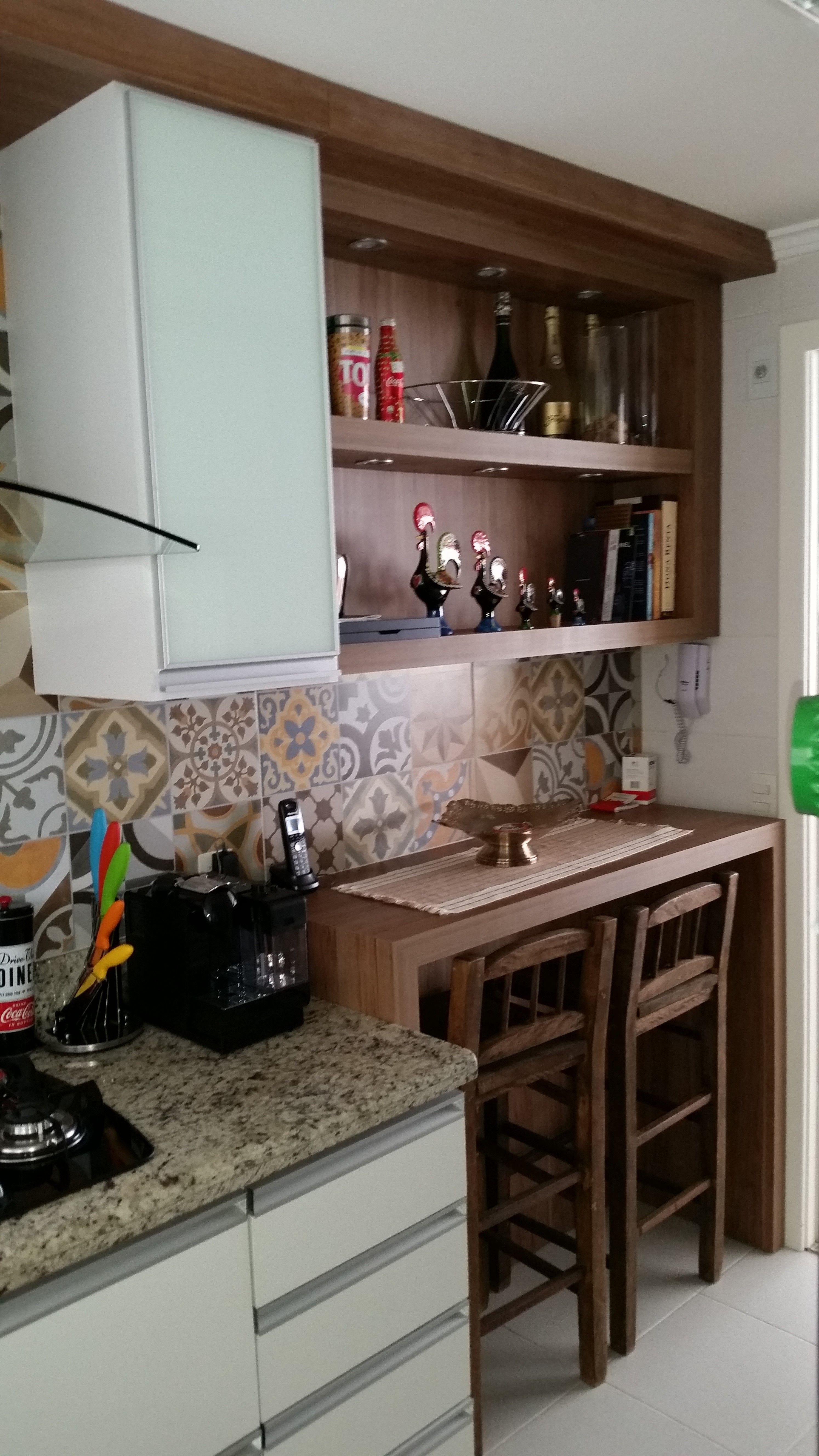 Cozinha Com Portas De Vidro Branco E Porcelanato Imitando Ladrilho  ~ Porta Sanfonada Para Cozinha