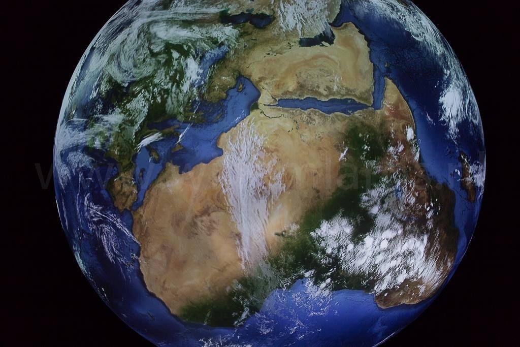 Schitterende natuurfototentoonstelling in de Gasometer Oberhausen. Een tweede hoogtepunt: een wereldbol met een doorsnede van 20 meter (!) aangestraald door twaalf monitoren. Die je de aarde laten zien zoals anders alleen een astronaut die kan zien. Geweldig - en nog tot december 2017 te zien. Gaan! #photography #travelphotography #traveller #canon #canonnederland #canon_photos #fotocursus #fotoreis #travelblog #reizen #reisjournalist #travelwriter#fotoworkshop #fotocursus #willemlaros.nl…