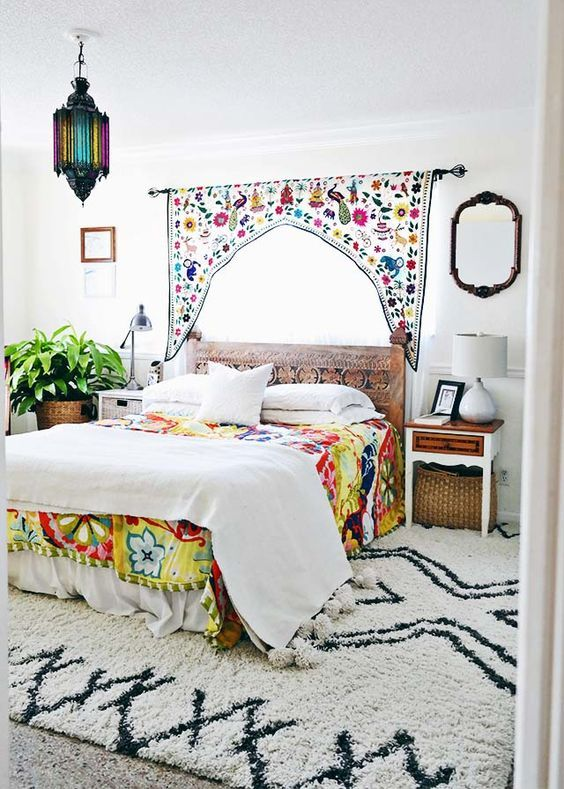 schlafzimmer im boho look mit kelim teppich orientalischer laterne und ethno mustern. Black Bedroom Furniture Sets. Home Design Ideas