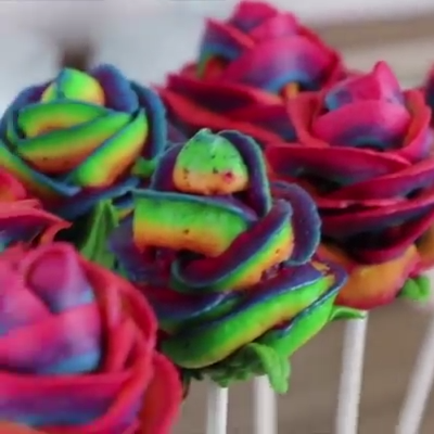 Rainbow Rose #Cake Pops with #Buttercream #rainbowroses