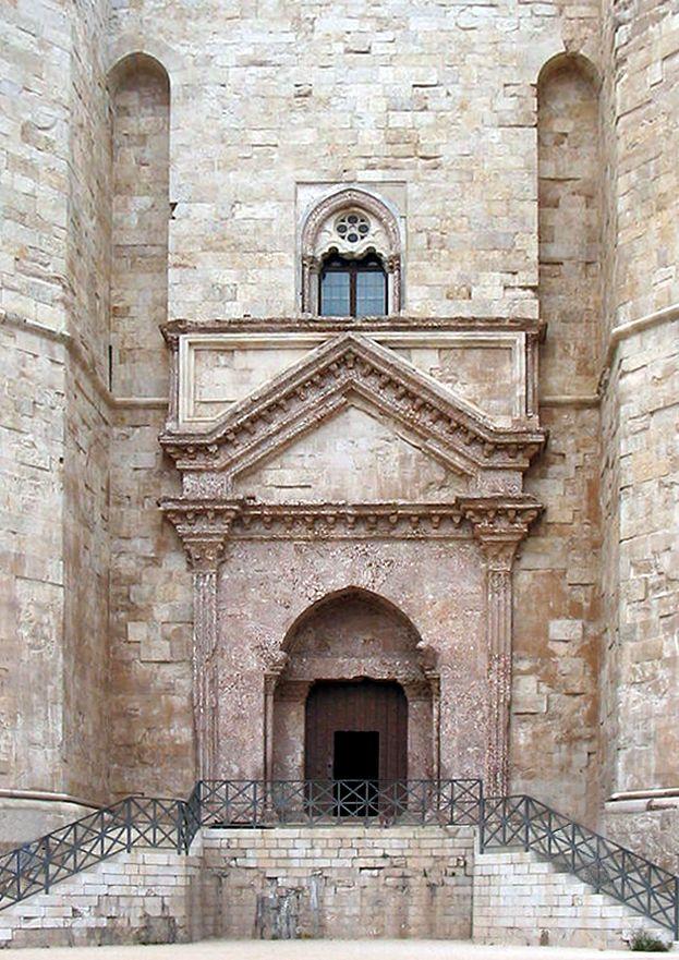 Castel del Monte-entrance - Pluglia, Italy Wikimedia Commons