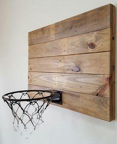 Photo of Natural Wood Basketball Hoop med Orange Rim. Wood Innendørs Basketball Hoop. Wood Basketball. Basketballmål. Basketball gave.