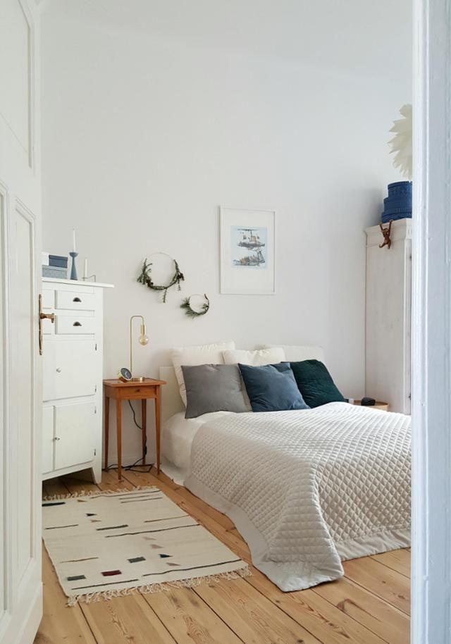 Schlafzimmereinblick: So Wohnt Pixiswelt! #tagesdecke #grau #schlafzimmer  #altbau #holzboden #gemütlich #natürlich