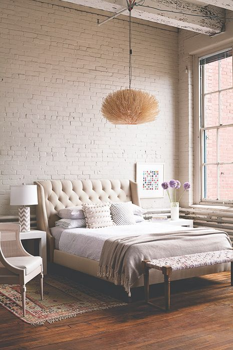 pikowane łóżko do sypialni | Neutral bedrooms, Grey and Exposed brick