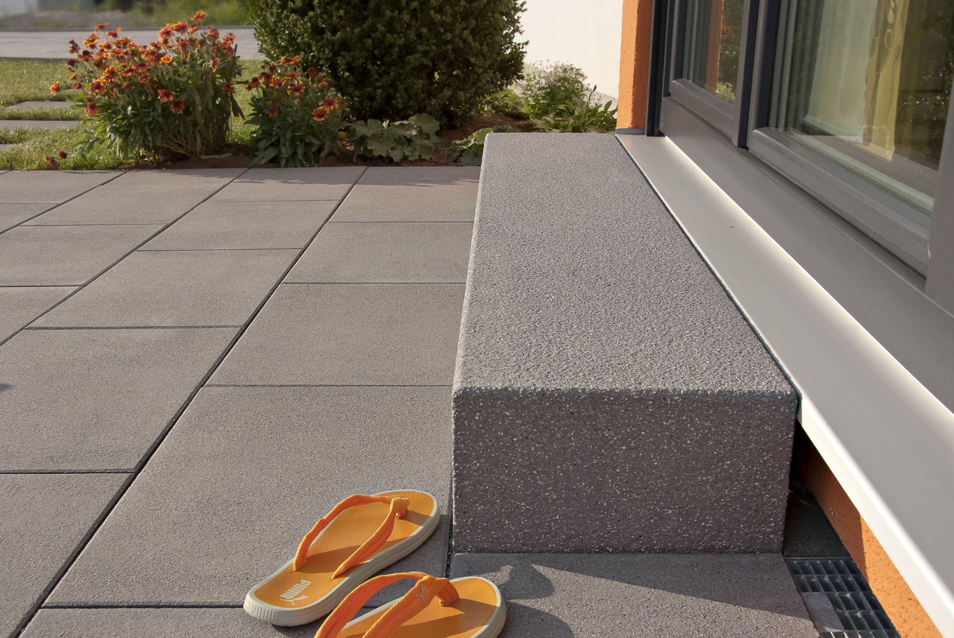blockstufe aus beton auf moderner terrasse stufen garten terrasse und stufen. Black Bedroom Furniture Sets. Home Design Ideas