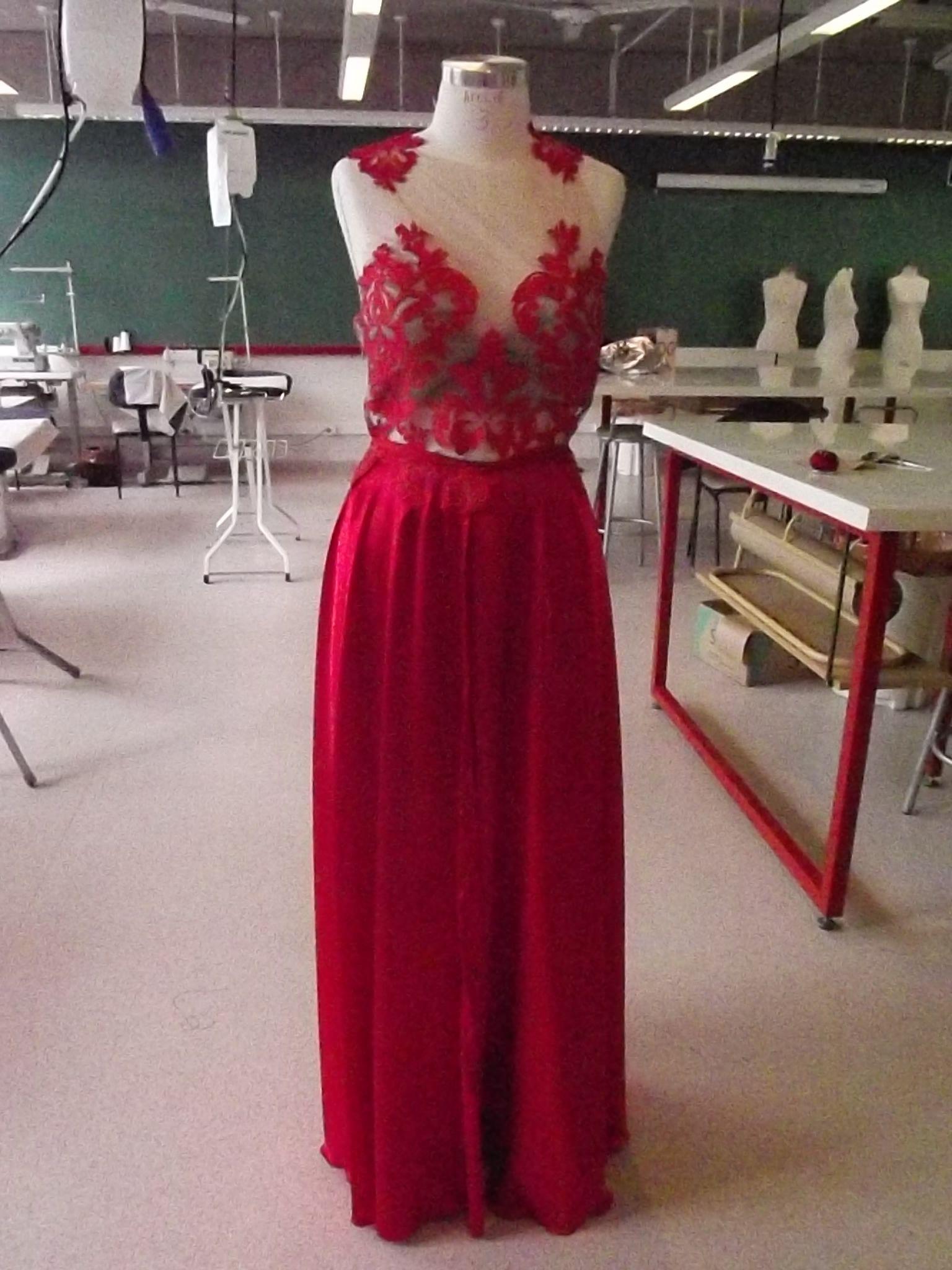 Vestido vermelho em tule de malha bordado em renda, vestido 2 em 1, com saia em cetim alemão removivél