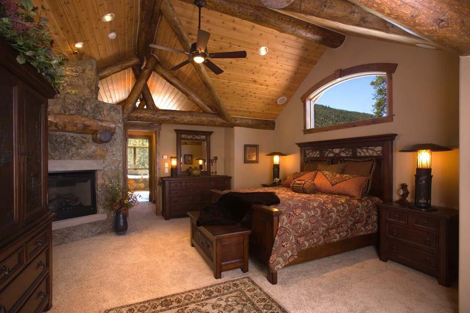 Mobili Rustici Camera Da Letto : Stanza da letto rustica con camino e tetto in legno interior