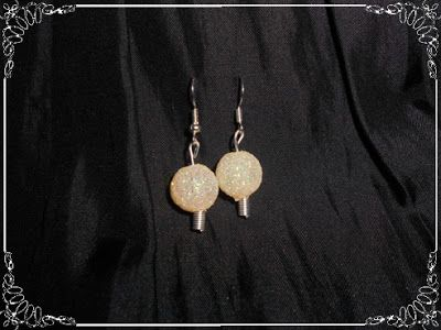 Pendientes de bolita brillante en color ocre...