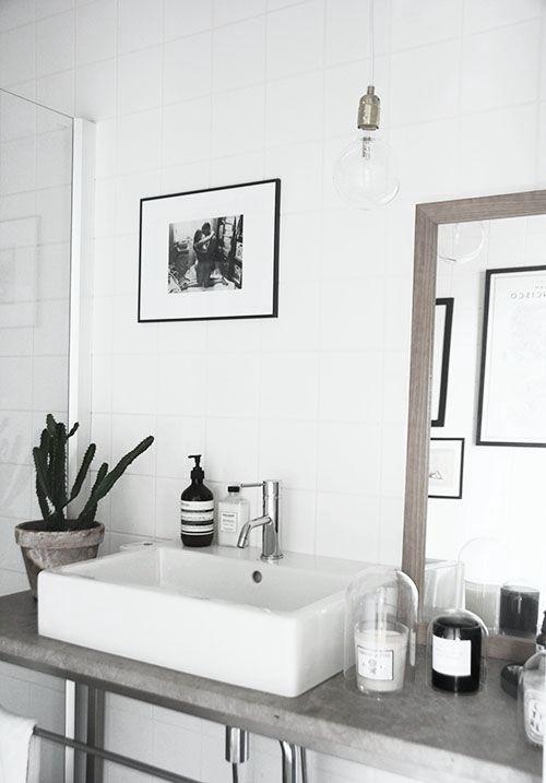 Flot kombinationen af beton bordplade, porcelænsvask og fliser
