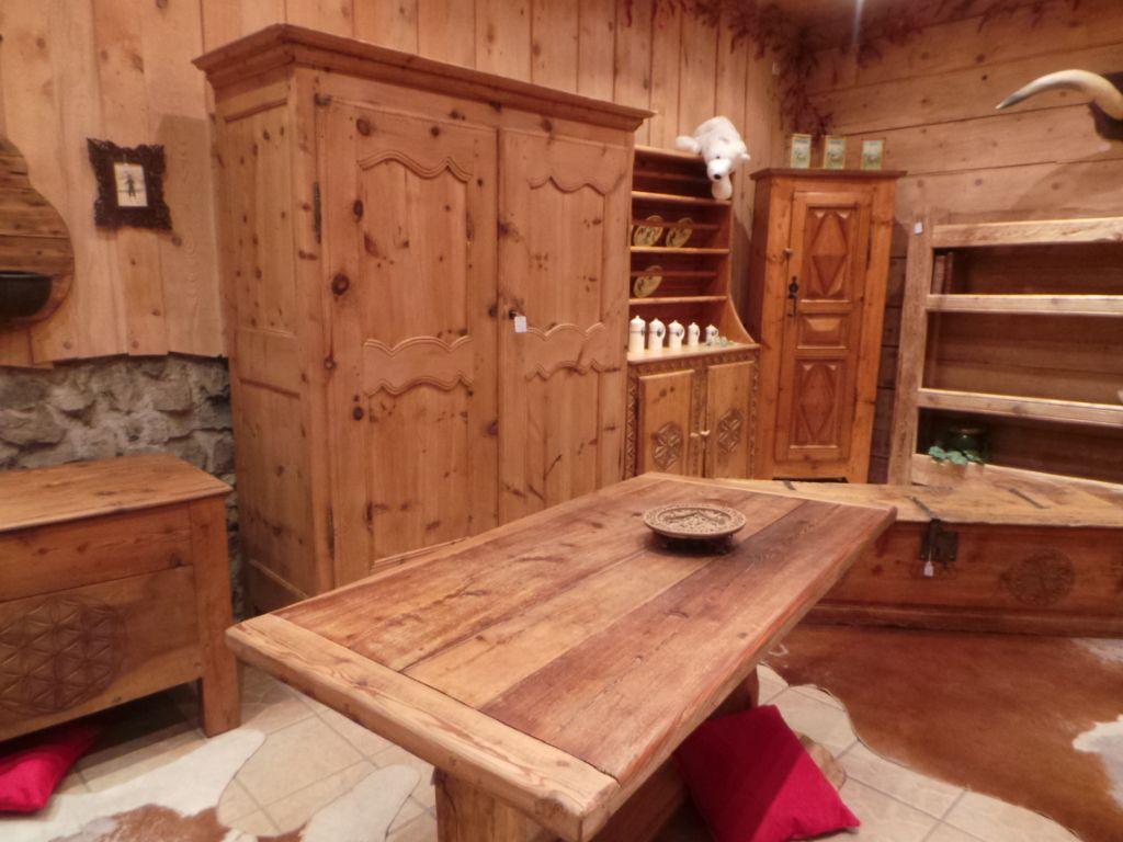 Mobilier Pour Chalet Montagne armoire en arolle et table anciens savoyards (avec images