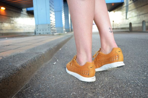 Girl on kicks | outfit | nike mayfly woven