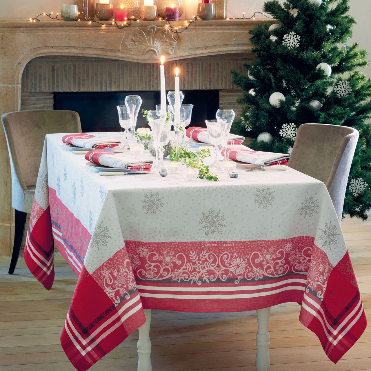 festlich gedeckter weihnachtstisch mit der tischdecke snowflakes weihnachten pinterest. Black Bedroom Furniture Sets. Home Design Ideas