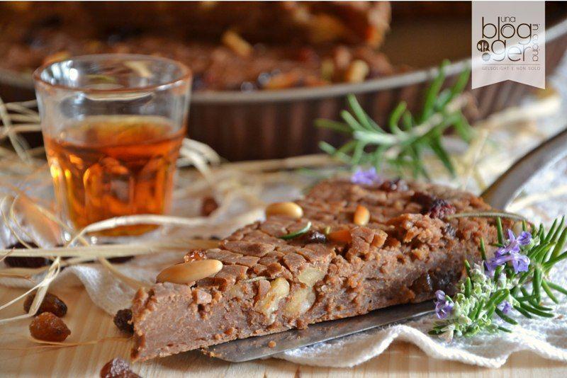 Castagnaccio, un dolce tipico toscano preparato con farina di castagne, pinoli, uvetta, noci e rosmarino. Ottimo con vino passito, dolce, vin santo.