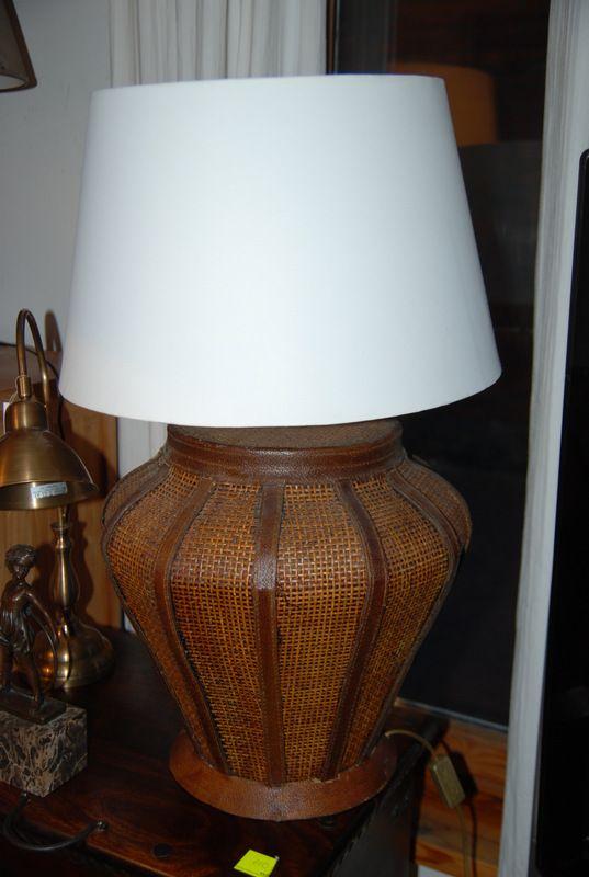 Lampa Z Ciekawą Ratanową Podstawą