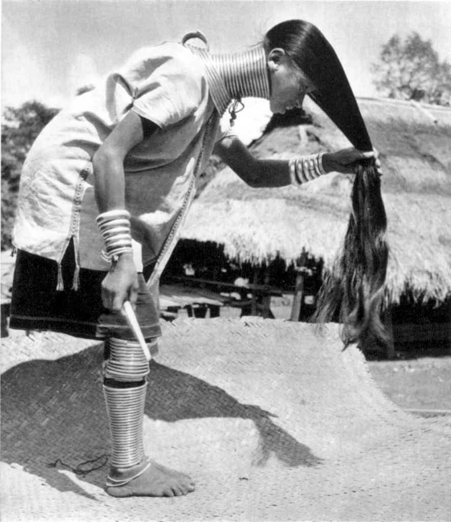 """Kayan People 17 Amazing Vintage Photos of """"Giraffe Women"""