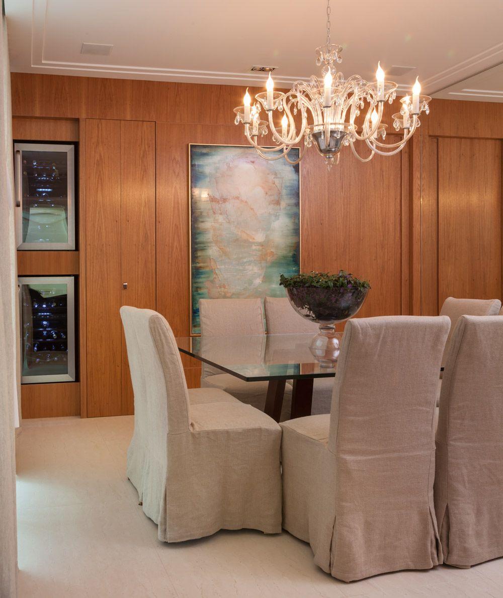 A casa de 700 m² em Barueri foi comprada com um objetivo claro: é ali que o casal na faixa dos 30-40 anos vai construir uma vida juntos. Sendo assim, os espaços precisavam ser feitos para durar, facilitando a rotina e mantendo-se sempre elegantes. Para conquistar esse resultado, antes mesmo de a construtora entregar as …