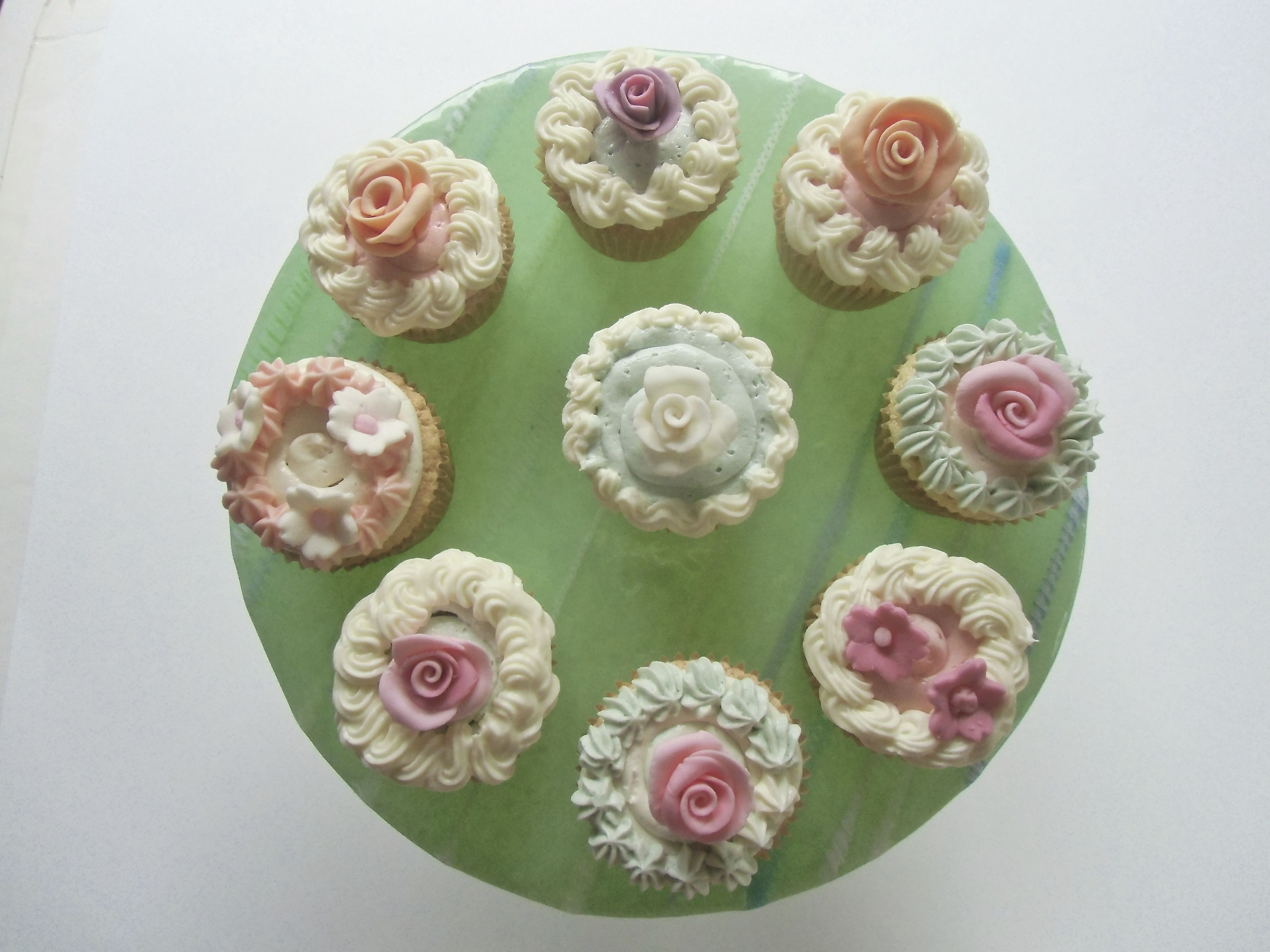 Cupcakes with fondant flower
