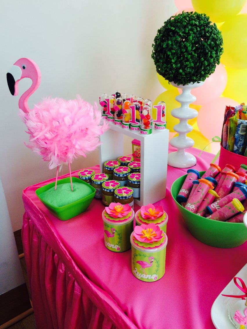Decoraci n en mesa de candy bar flamingos rosas fiestas for Decoracion de mesas para fiestas