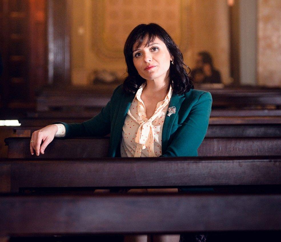 Monica Iozzi encarna a advogada Celeste em 'Vade Retro' (Foto: Globo/Ramón Vasconcelos)
