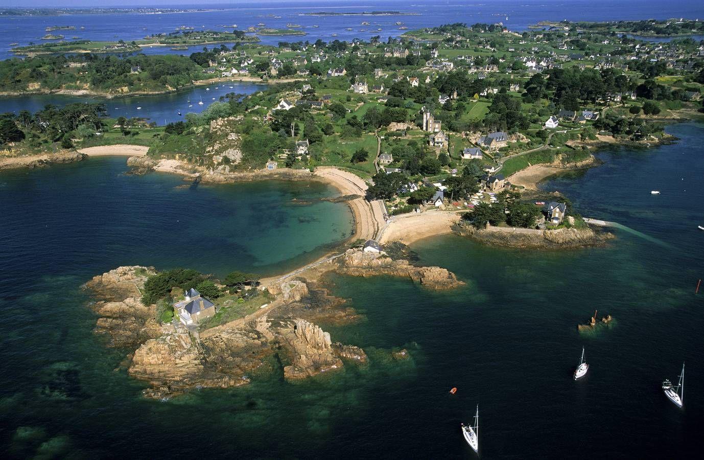 La vue aérienne de l'île de Bréhat offre à voir des paysages à couper le…