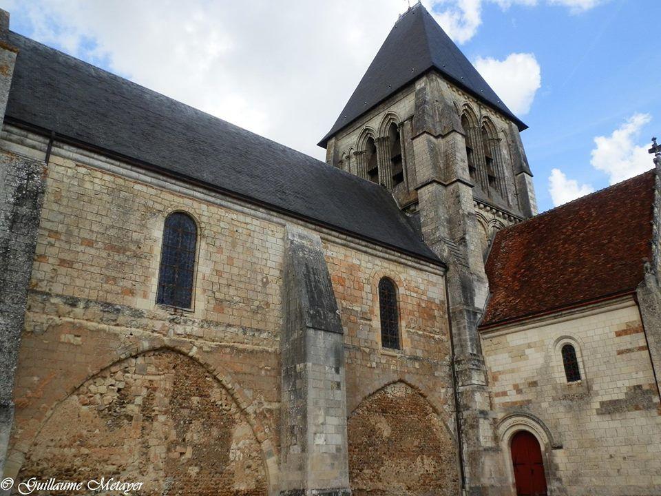 Les deux travées de la nef de l'église du XIIe de Trôo (Loir et Cher) possèdent deux arcades brisées et fermées qui devraient ouvrir sur des bas-côtés. On ignore si les bas-côtés prévus n'ont finalement pas été réalisés ou s'ils ont été détruits peu après.