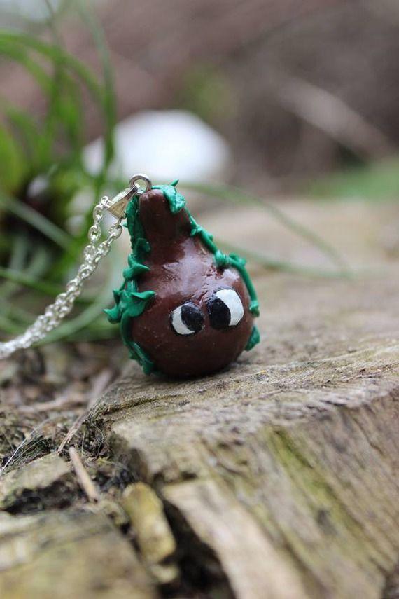Rigolo collier fait main avec un arbre en pâte polymère, peint et vernis. Celui-ci est accroché d'une chaine de couleur argent mesurant 70cm.  Ce collier s'attache à l'aide d'un mousqueton.  Page Facebook : La Roulotte à dodo