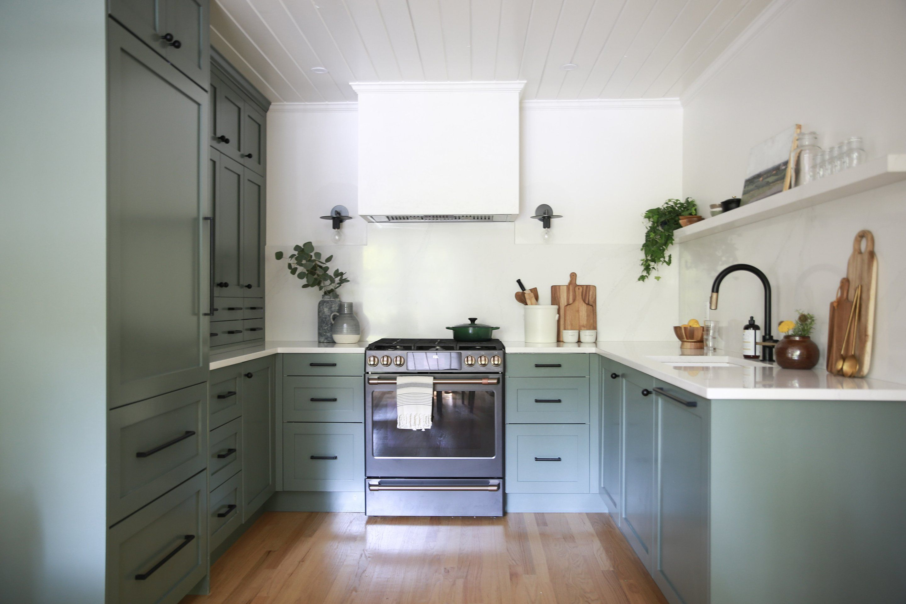 A Dark and Smoky Green Kitchen Using DIY Shaker in 2020