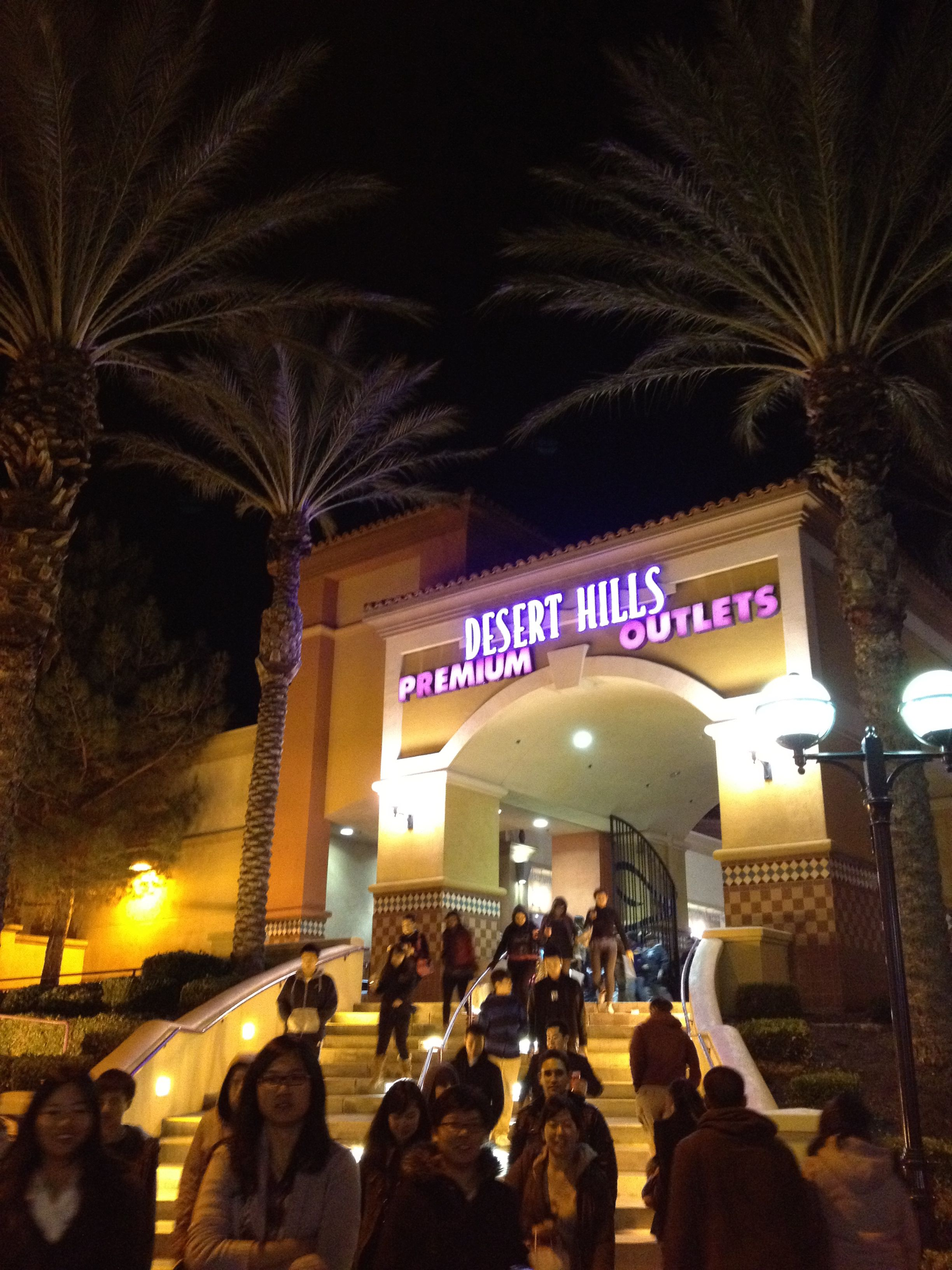 Desert Hills Premium Outlets Los Angels(ロサンゼルス)には多くのOUTLET(アウトレット)が存在します。もちろんOUTLET(アウトレット)もBlack Friday(ブラックフライデー)対象です。