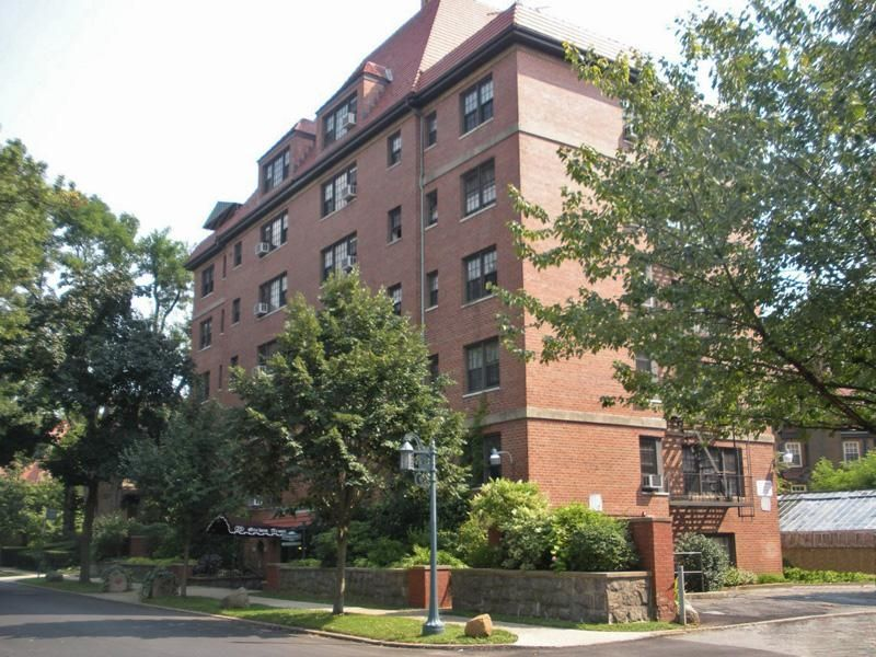 Steps from station square forest hills gardens 308 000 for Forest hills gardens real estate