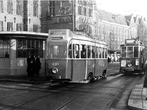 1948 a view of the stationsplein with tram line 11 in for Auto interieur reinigen amsterdam