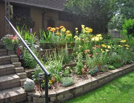 Another tiered garden, maybe we should add a handrail too ... on Tiered Yard Landscaping id=84060