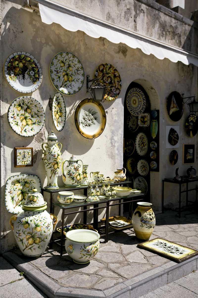 Fachada de tienda de jarrones, para mi gusto muy sobrecagada de elementos decorativos, pero no queda del todo mal e incluso llama la atencion debido a la fachada desgasta.  IV