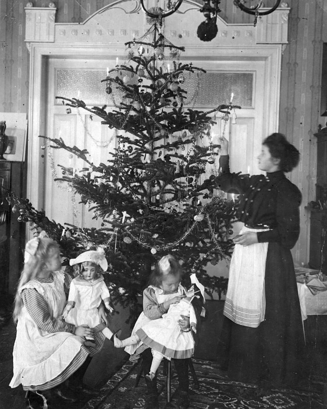 Lana S Victorian Gallery On Instagram A British Mother Lighting The Christmas Tree Circa 1900s Merry Chris I 2020 Gammeldags Jul Juletraeer Julebilleder