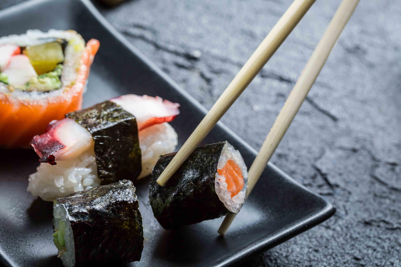 Schälchen, Stäbchen, Wasabi - und nun? Wir haben die wichtigsten Tipps für euch, damit ihr euch nicht blamiert, wenn ihr das erste Mal Sushi esst. Und auch alte Hasen können hier noch etwas lernen.