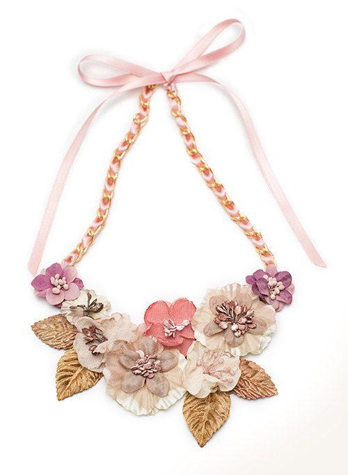 Collar babero de flores de tela y hojas de por thePoppynet en Etsy