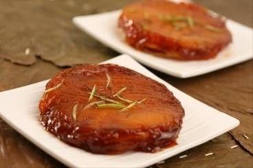 Découvrez cette recette de Tatin de mangue au citron vert, coulis fruits de la passion expliquée par nos chefs