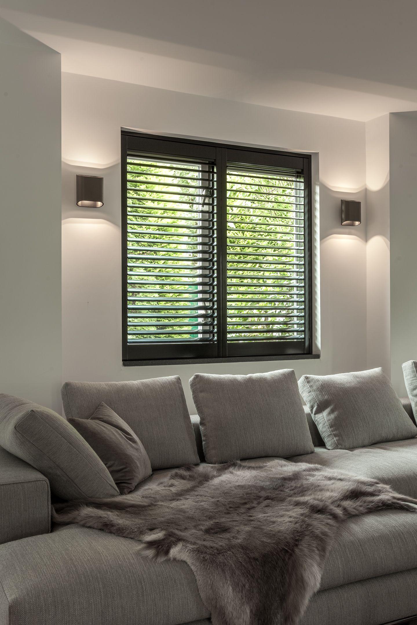 Zwarte shutters in moderne woonkamer Wandverlichting
