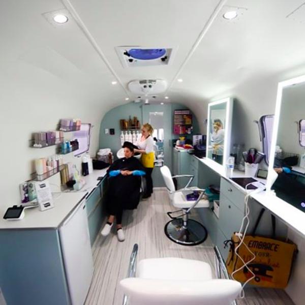 Wanderlustmobilebeauty Mobilesalon Wanderlustmobilebeauty En 2020 Salon De Beaute Mobile Interieur De Salon De Beaute Petit Salon De Coiffure