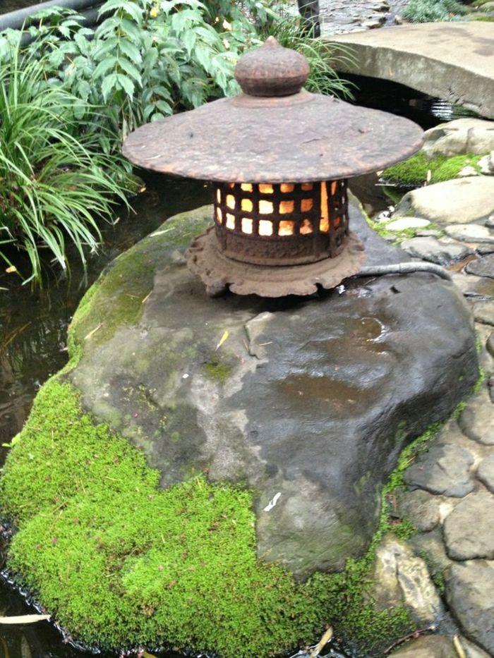 japanischer Garten; Dekoration aus Laternen Japanese garden design