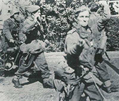 """Estos paracaidistas y su moto """"Flying Flea"""" han sido capturados en Arnhem. Más en www.elgrancapitan.org/foro"""