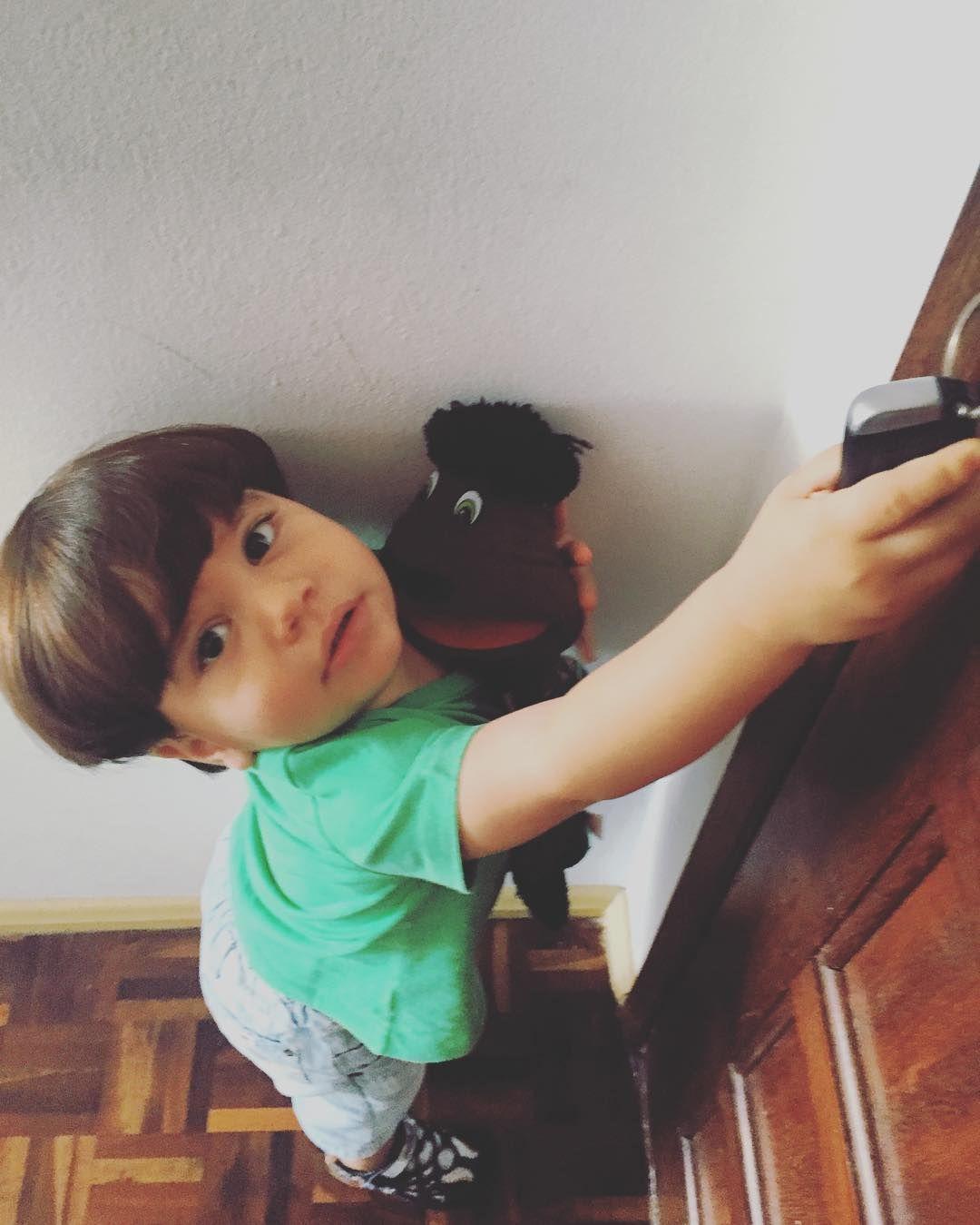 Pedro e seu amigo fantoche - por aqui batizado de Chico - foram flagrados tentando fugir...  Um brinquedo simples mas que toda criança adora é o fantoche. Serve para contarmos histórias e para eles também criarem as suas próprias.  #babydicas #brinquedos