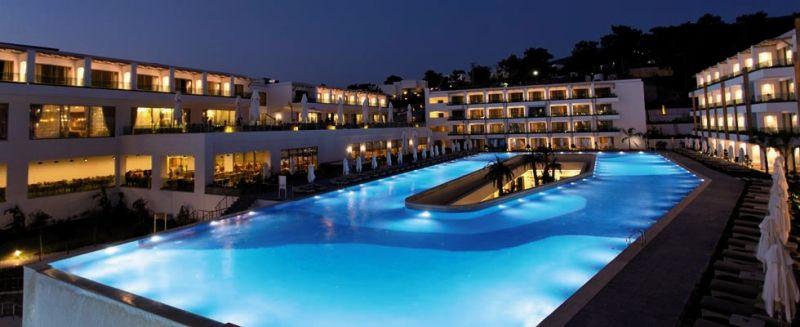 Der Pool bei Nacht am Thor Luxury Hotel & Villas