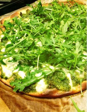 Pizza au pesto de pistaches et à la roquette