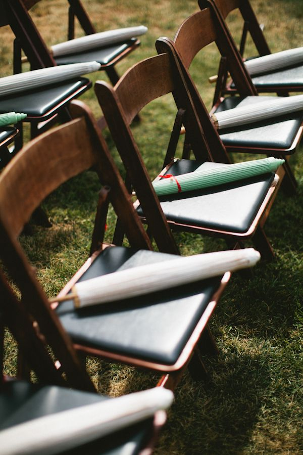 Whimsical And Fun Backyard Wedding Regenschirm Hochzeit