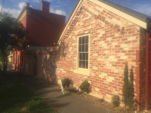 Aarav Cottage Castlemaine Featuring free WiFi, an on-site restaurant, a hot tub and a 24 hour guest house reception, Aarav Cottage is just a 4-minute walk from Theatre Royal. Free breakfast, including jam, yoghurt, bacon, eggs, tea, coffee and bread is provided.