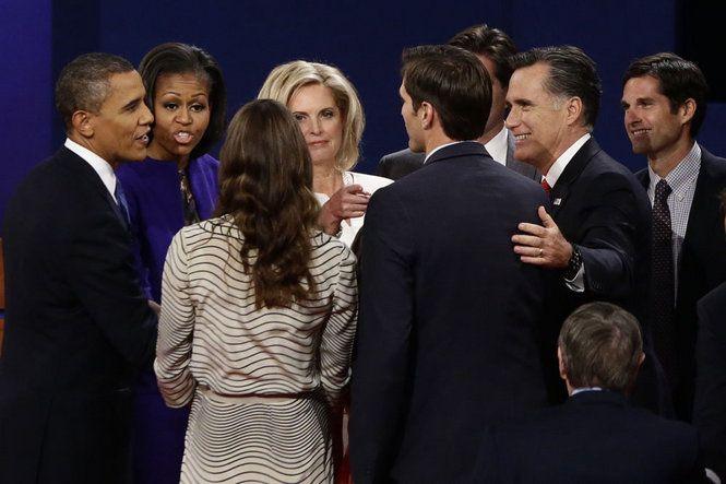 El Presidente Barack Obama, la primera dama Michelle Obama, el candidato presidencial republicano y ex gobernador de Massachusetts Mitt Romney, su esposa Ann Romney, y los miembros de la familia Romney hablan en el escenario al final del primer debate presidencial en Denver.