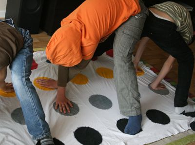 comment faire le jeu du twister en mat riaux de. Black Bedroom Furniture Sets. Home Design Ideas