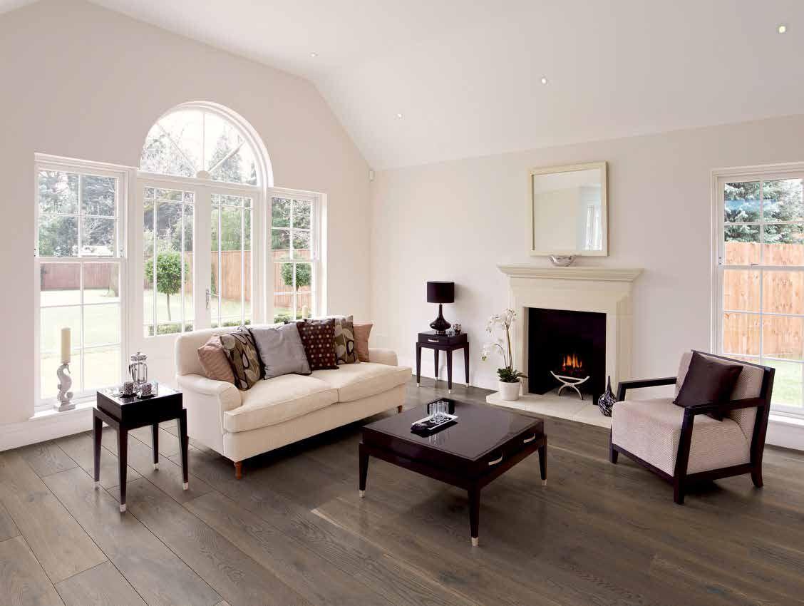 Große Fenster in einem hellen Wohnzimmer mit Parkett – eine Echt ...